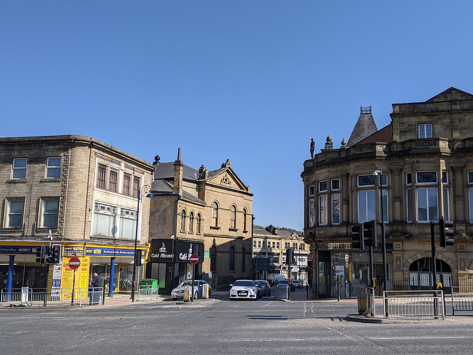 photo of Anthony Gormley sculpture on Pioneer House, Dewsbury